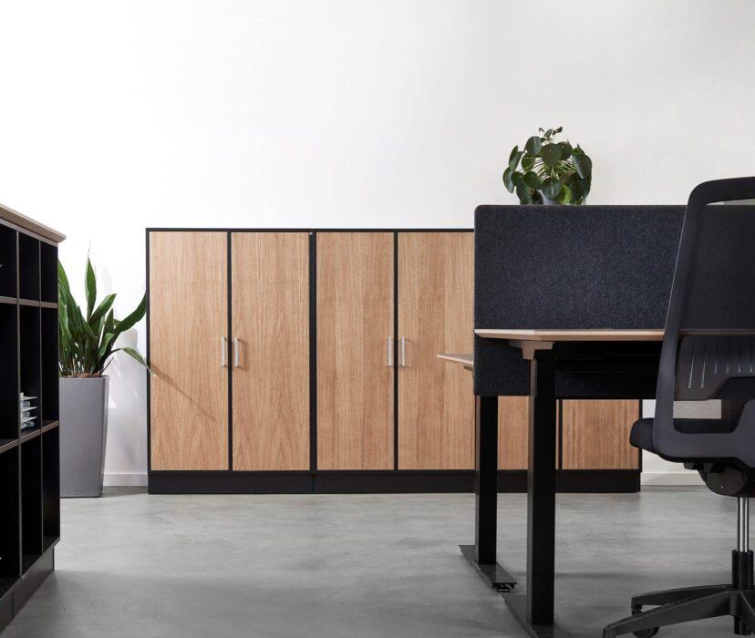 Cube Design - kontormøbler - skabe - sort og eg - skrivebord
