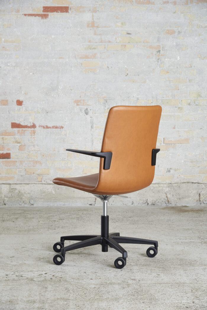 Cube Design - kontormøbler - S20 konferencestol - cognacfarvet læder - sort stel og armlæn