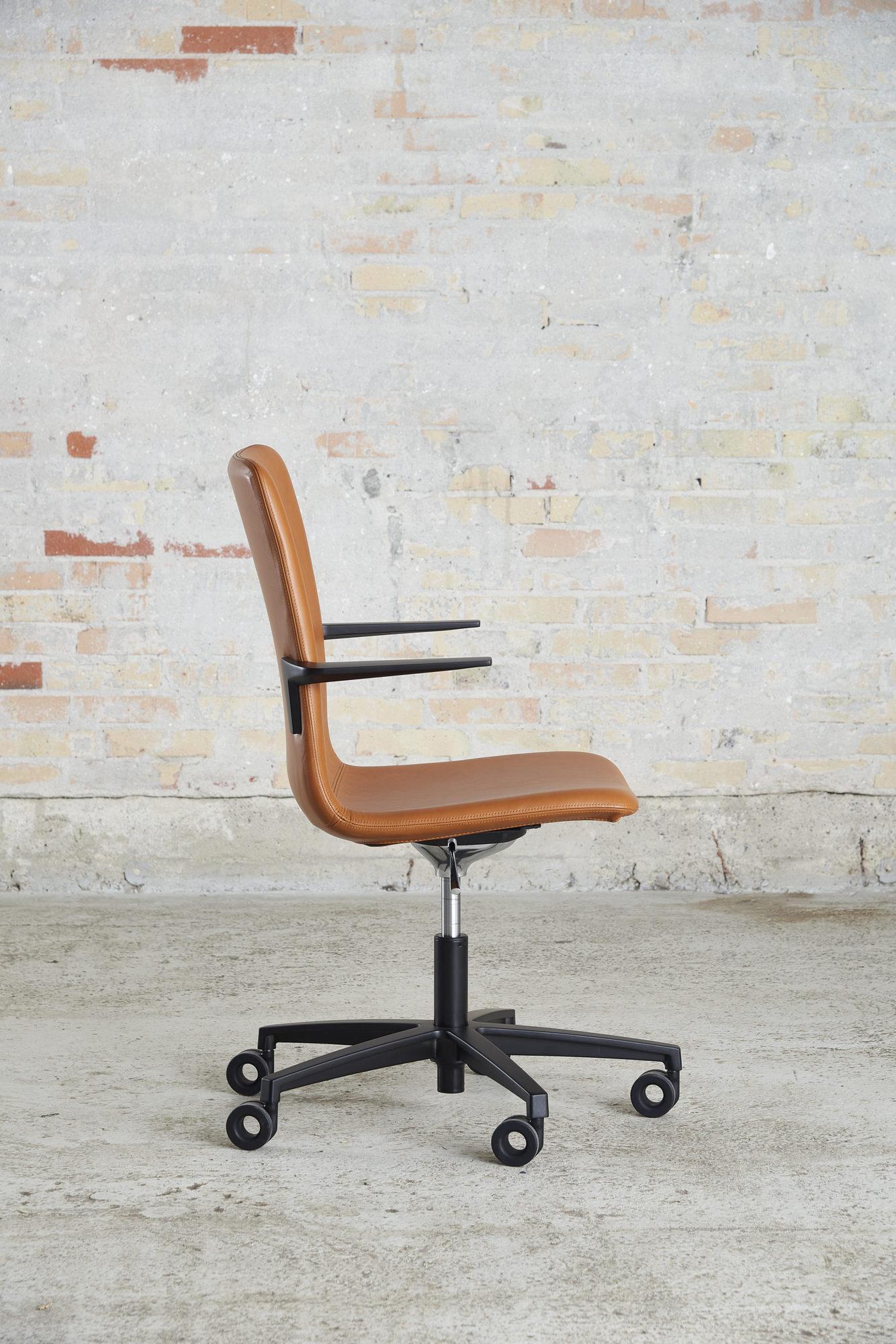 Cube Design - kontormøbler - S20 konferencestol - cognacfarvet læder - sort stel og armlæn - vippefunktion
