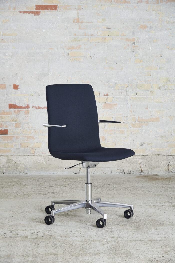 Cube Design - kontormøbler - S20 konferencestol - krydsstel - blank krom stel og armlæn - fuldpolstret