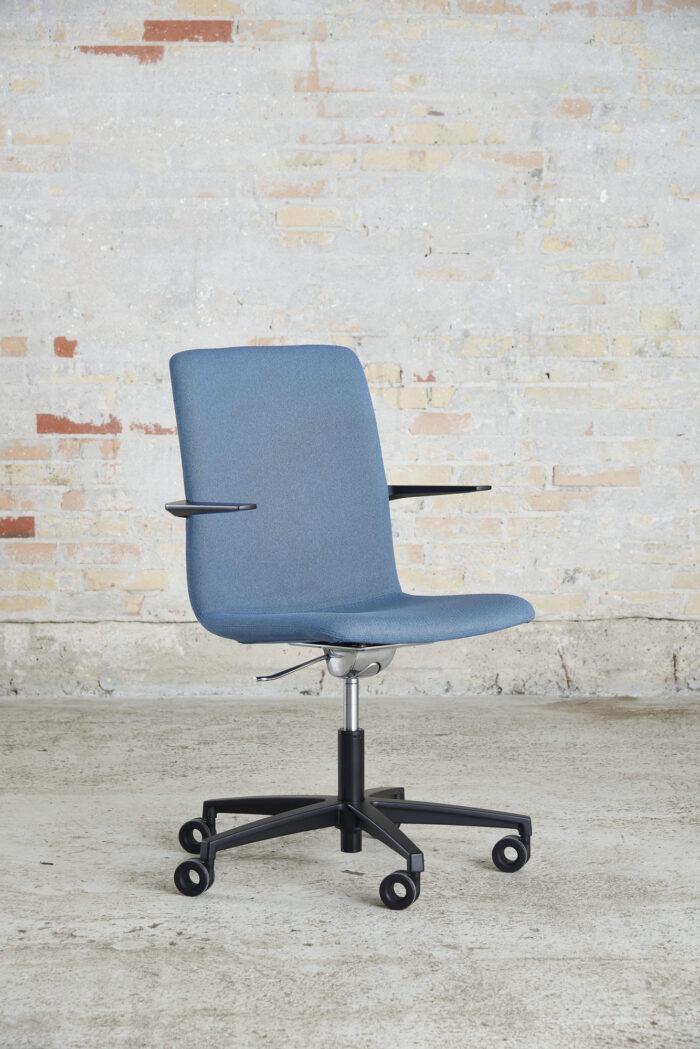 Cube Design - kontormøbler - S20 konferencestol - sort stel og armlæn - vippefunktion