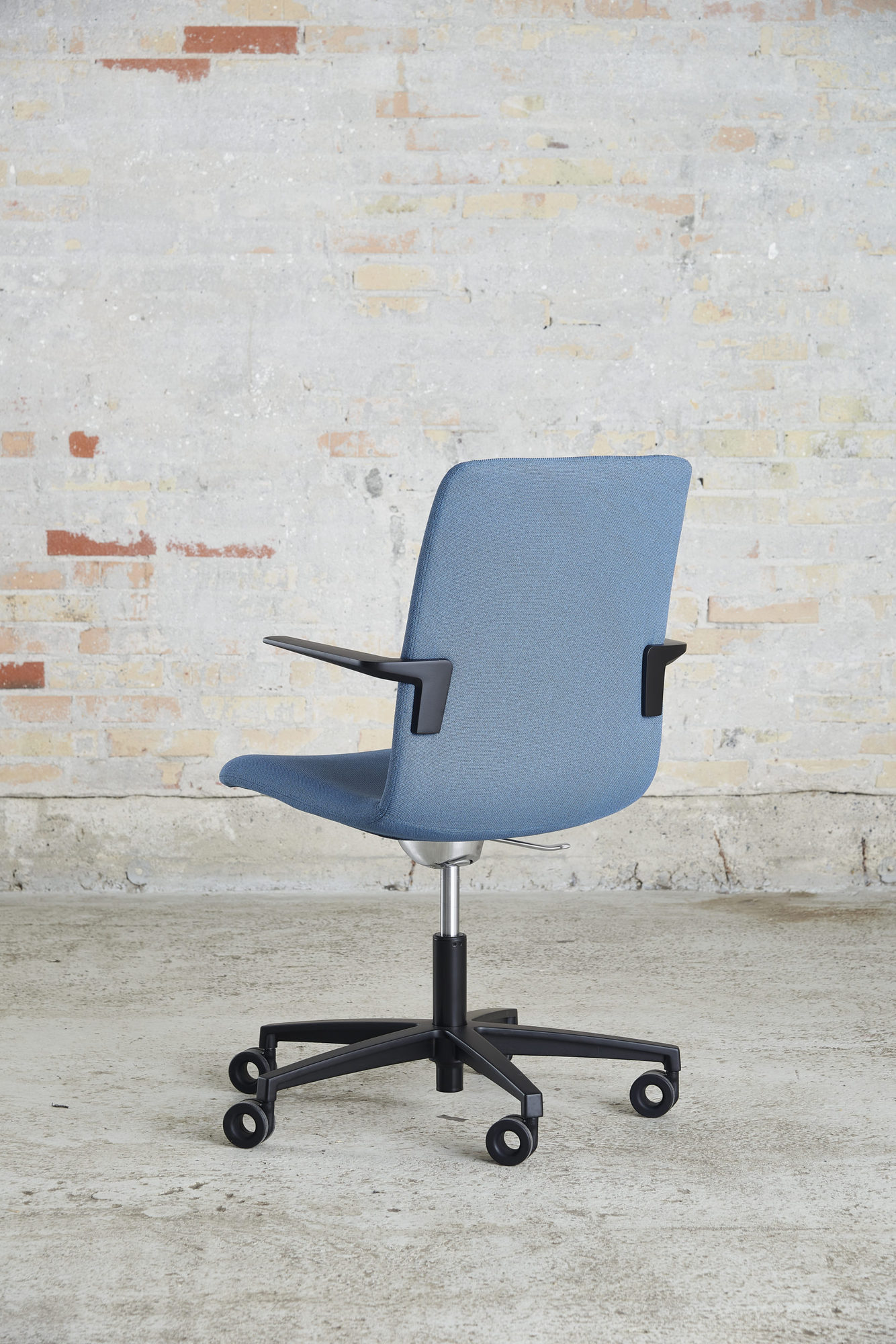 Cube Design - kontormøbler - S20 konferencestol med sort stel og armlæn - vippefunktion