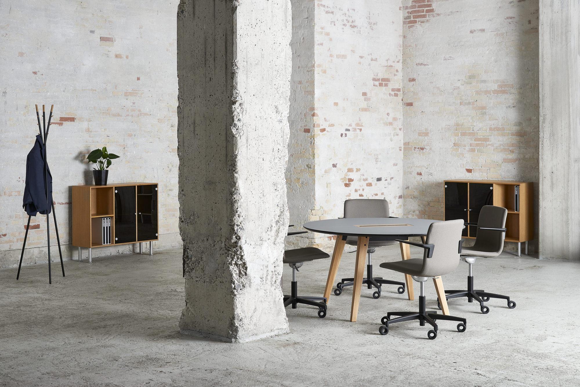 Cube Design - kontormøbler - rundt Spider bord - træben - massive egetræsben - S20 konferencestol med lav ryg - reoler i egefinér - stumtjener