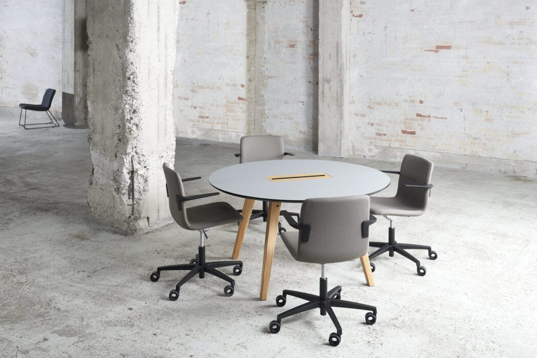 Cube Design - kontormøbler - rundt Spider bord - træben - massivt egetræ - S20 konferencestol med lav ryg - sort stel og armlæn