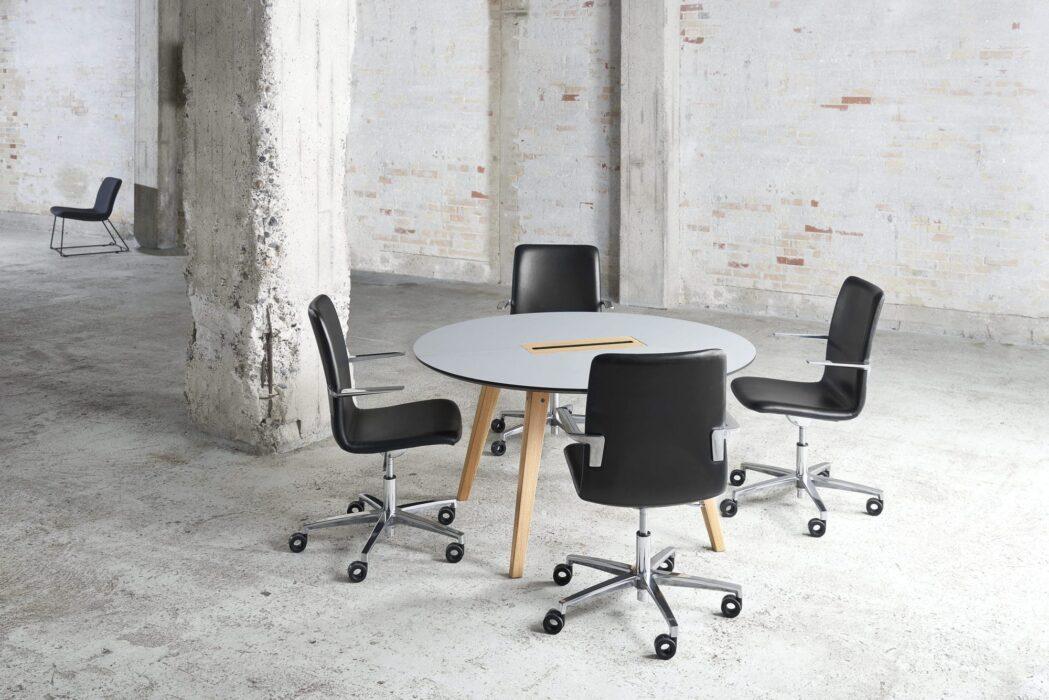 Cube Design - kontormøbler - rundt Spider bord - træben - S20 konferencestol - sort læder - blank krom stel og armlæn - høj ryg