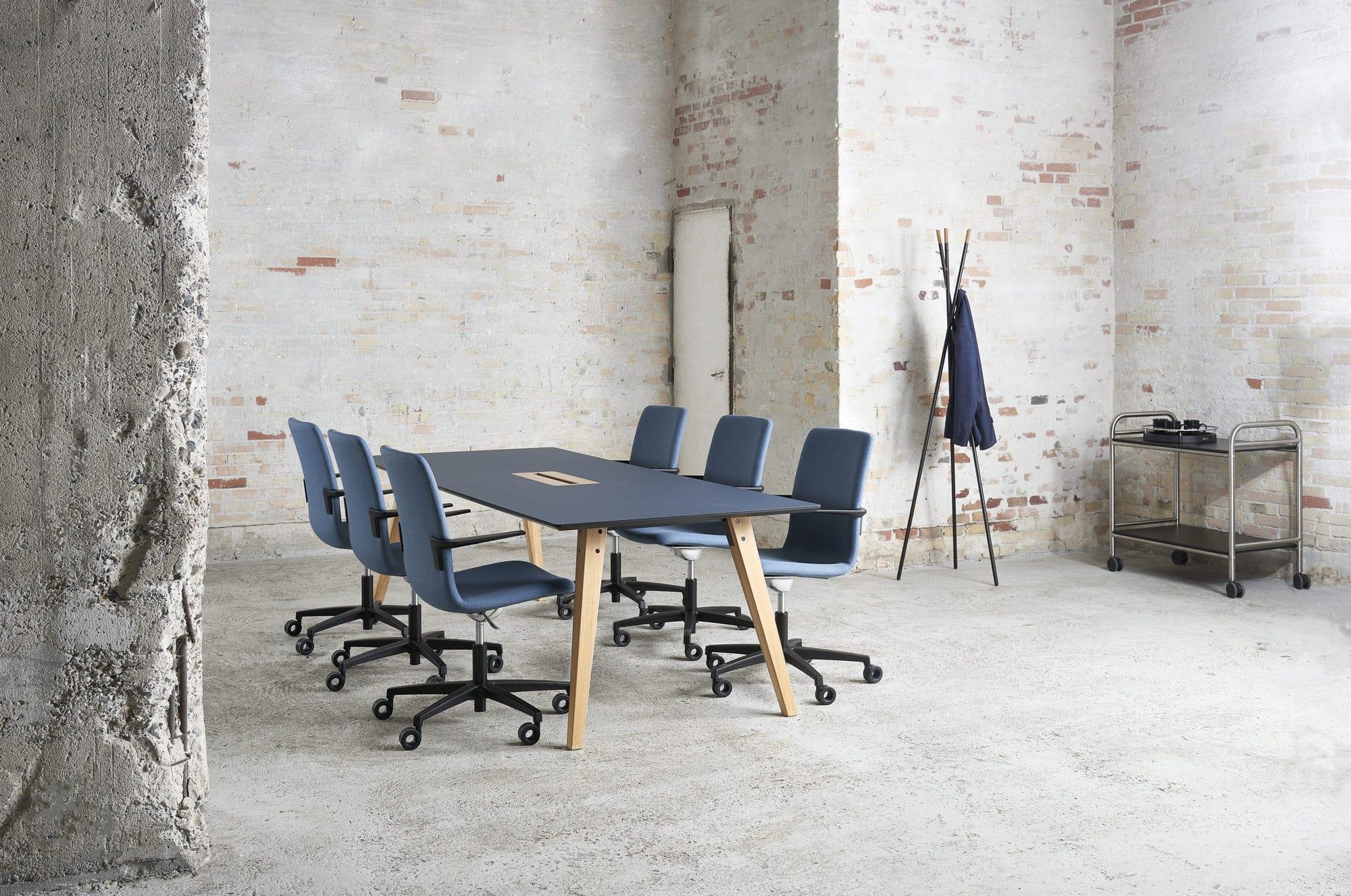 Cube Design - kontormøbler - Spider konferencebord - træben - massiv egetræ - S20 konferencestol med høj ryg - rullebord - stumtjener