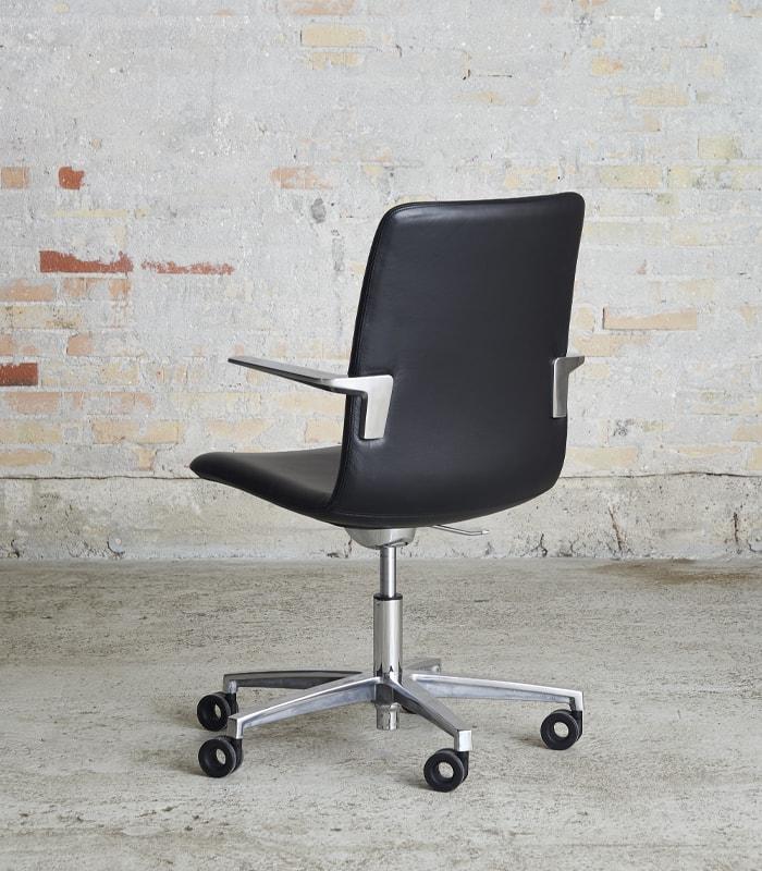 Cube Design - kontormøbler - S20 konferencestol med høj ryg - sort læder - blank krom stel og armlæn - vippefunktion